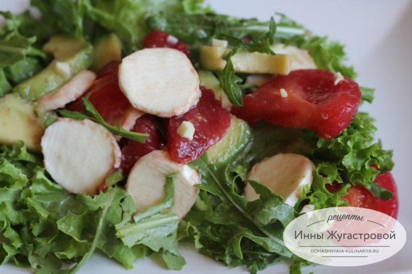 Салат из авокадо с томатами, рукколой и моцареллой