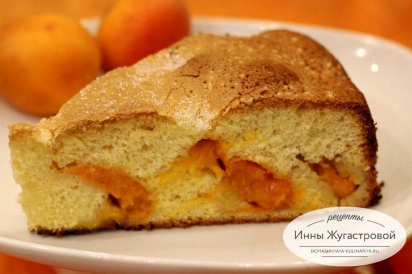 Быстрый бисквит с абрикосами на апельсиновом соке