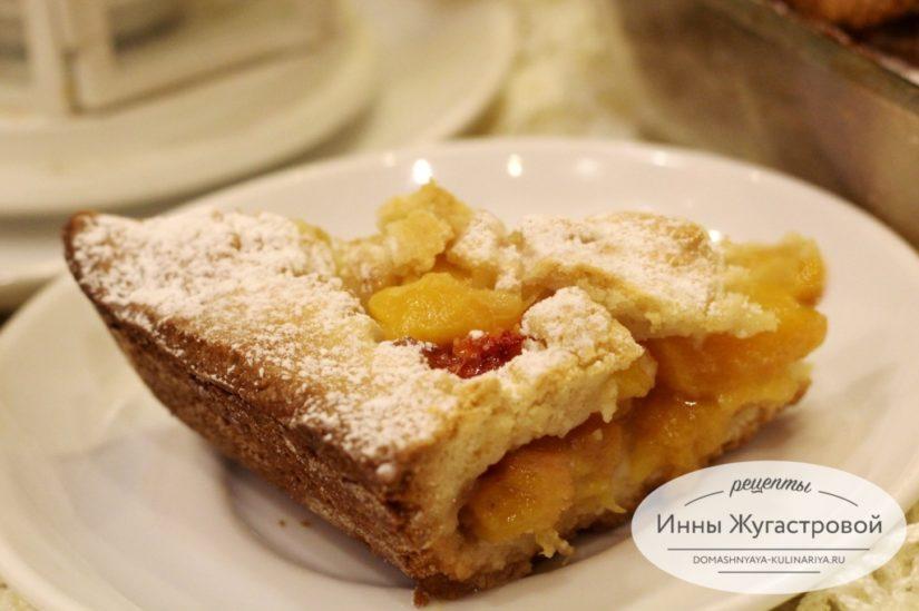Нежный открытый песочный пирог со свежими персиками