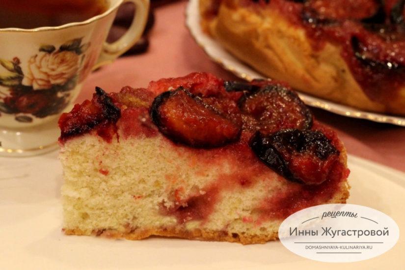 Сливовый пирог перевертыш с карамельной заливкой из быстрого бисквитного теста