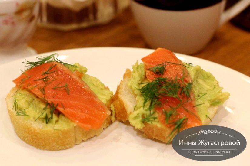 Мини бутерброды из хлебцов, авокадо и красной рыбы - рецепт пошаговый с фото