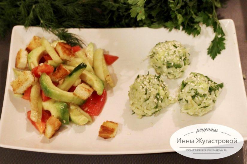 Веганский овощной салат и рисовые колобки из авокадо