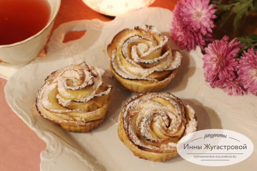 Пирожные Яблочные розы в слоеном тесте