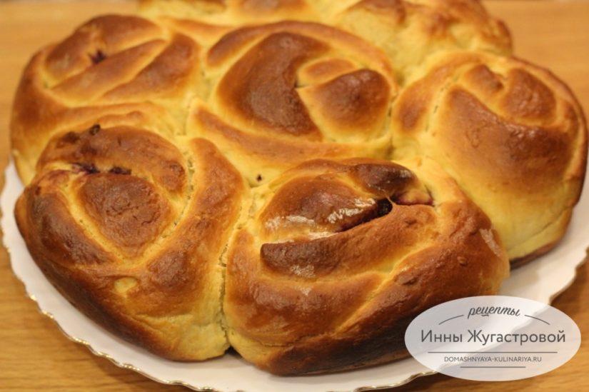 Отрывной дрожжевой пирог с джемом из булочек в виде роз
