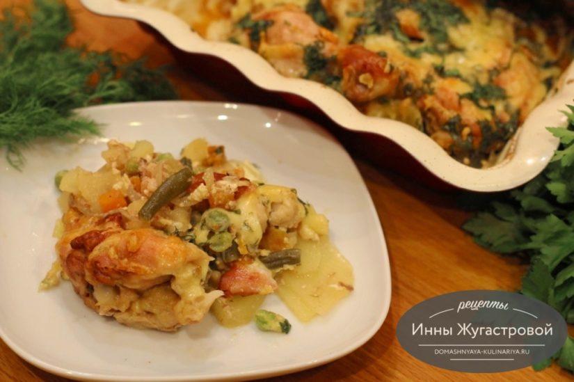 Курица с замороженными овощами и картофелем под сметанным соусом в духовке