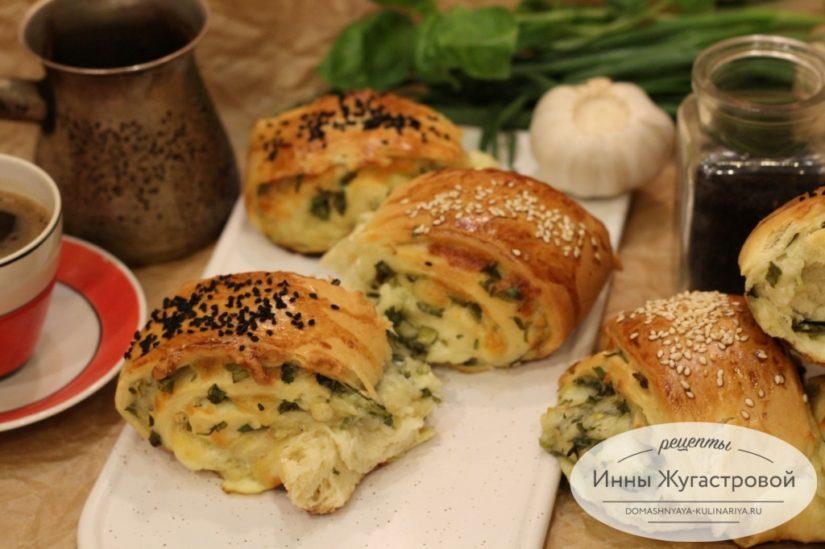 Рулет (отрывной дрожжевой сырный пирог) с сулугуни и свежей зеленью
