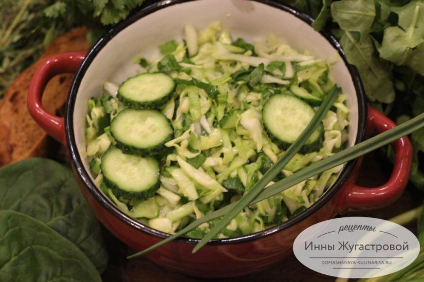 Весенний салат из молодой капусты с огурцом и свежей зеленью