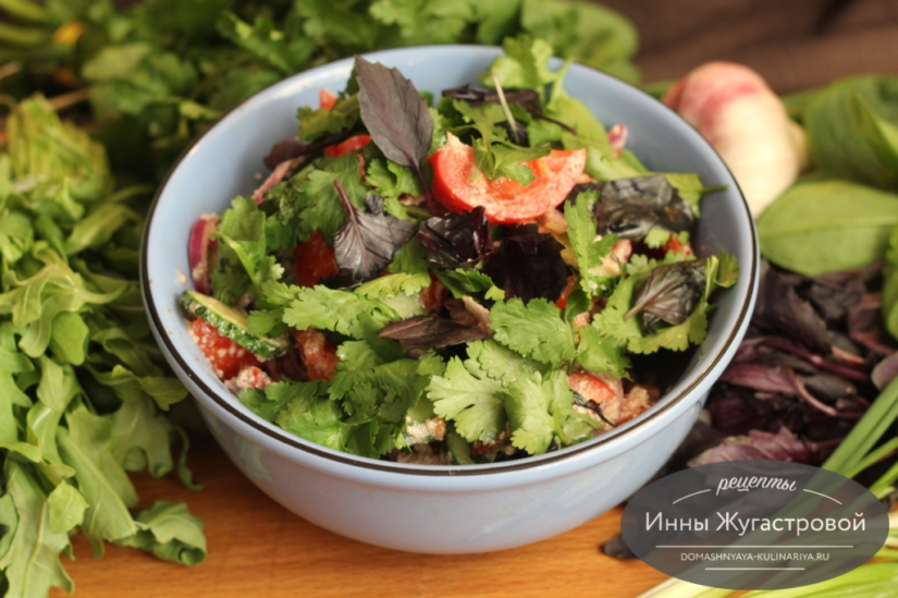 Кавказский овощной салат со свежей зеленью и ореховой заправкой