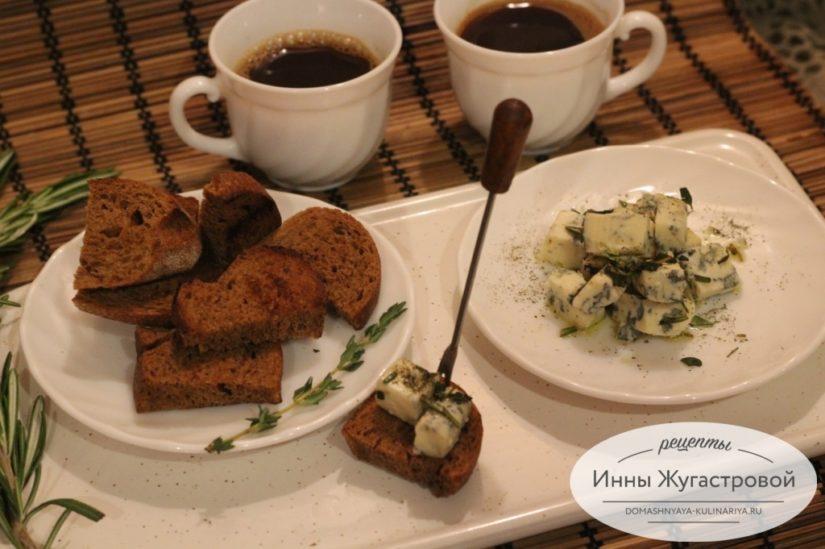 Сыр с голубой плесенью и тосты из темного хлеба, итальянская закуска