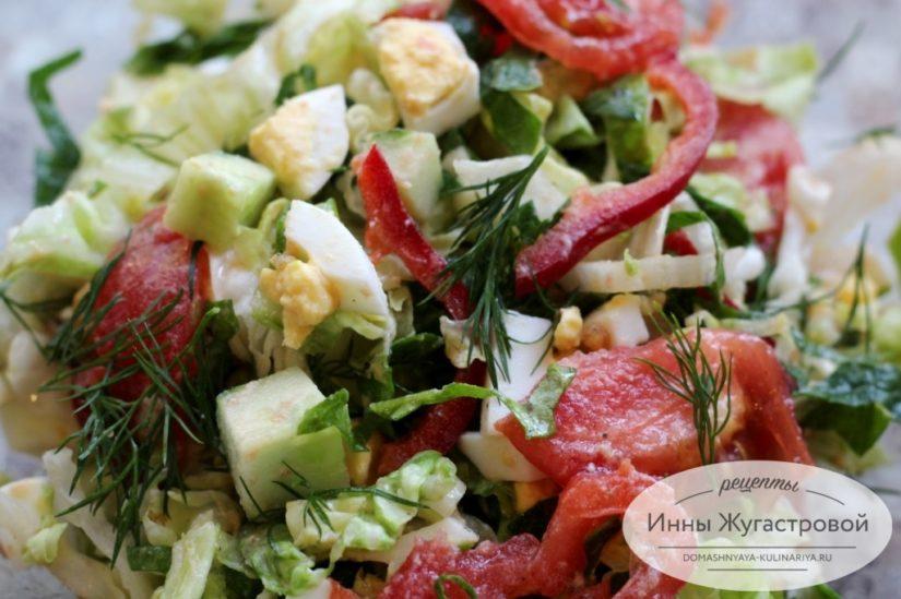 Овощной салат из свежего шпината с вареными яйцами