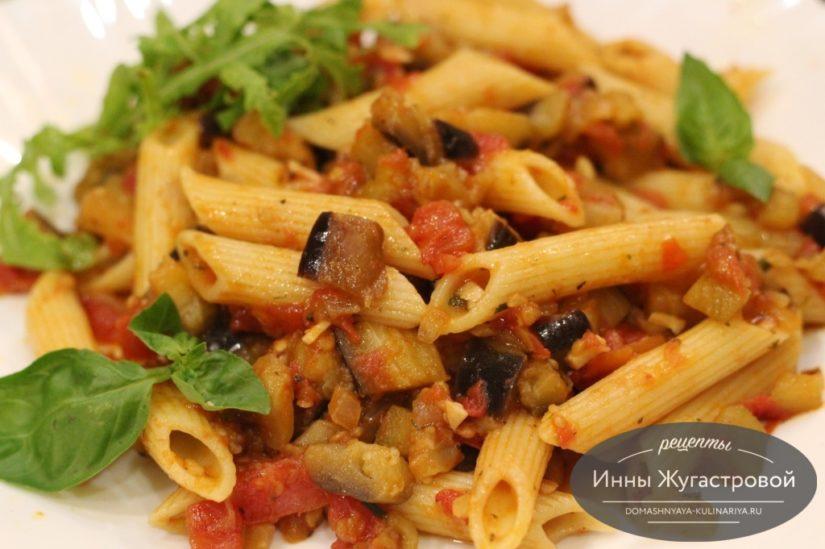 Паста пенне с овощами (баклажанами, томатами и острым перцем) на оливковом масле