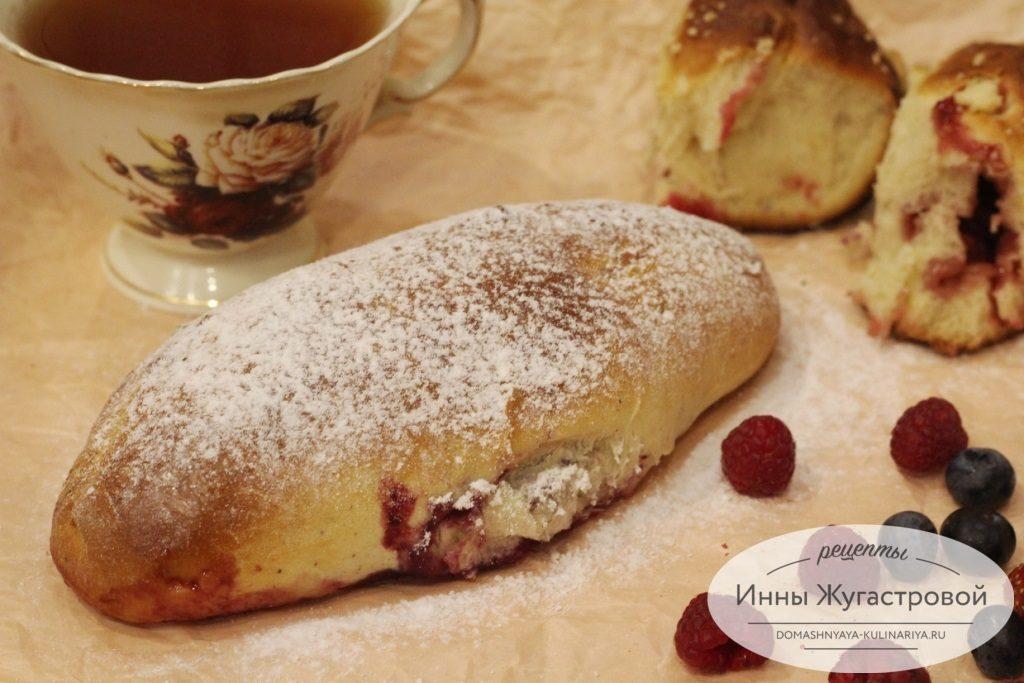 Сладкий дрожжевой пирог с фруктами и ягодами