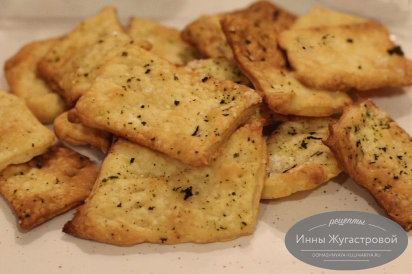 Домашние хрустящие крекеры на пиве и оливковом масле