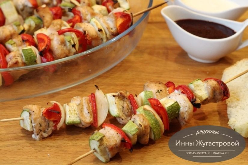 Куриные шашлычки с кабачком, луком и сладким перцем на шпажках в духовке