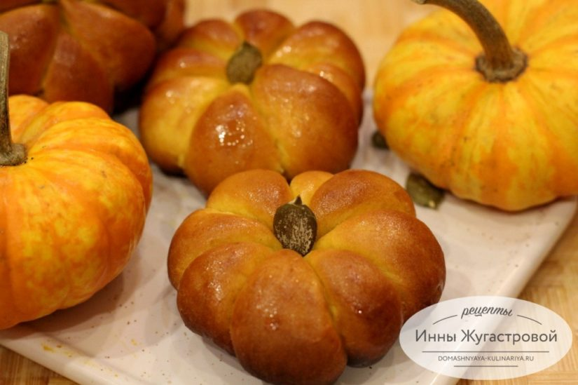 Тыквенные булочки тыковки с тыквенной начинкой из сладкого сдобного дрожжевого теста