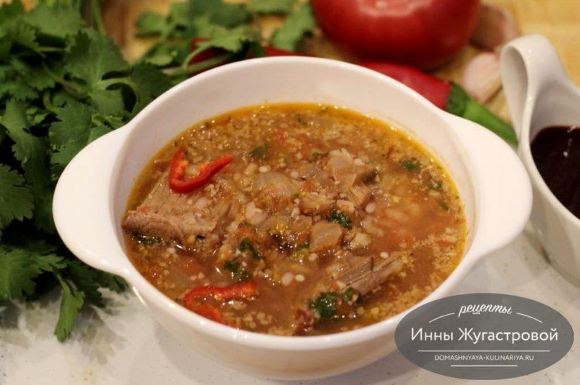 Суп харчо с соусом ткемали и грецкими орехами на говяжьем бульоне