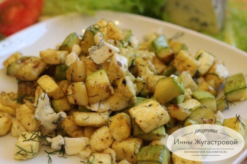 Кабачки, тушенные с адыгейским сыром на сковороде. Теплый салат
