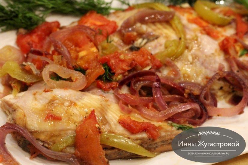Камбала, запеченная с овощами в духовке с добавлением белого вина