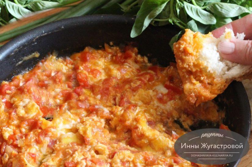 Менемен, турецкий омлет с помидорами и сладким перцем на оливковом масле