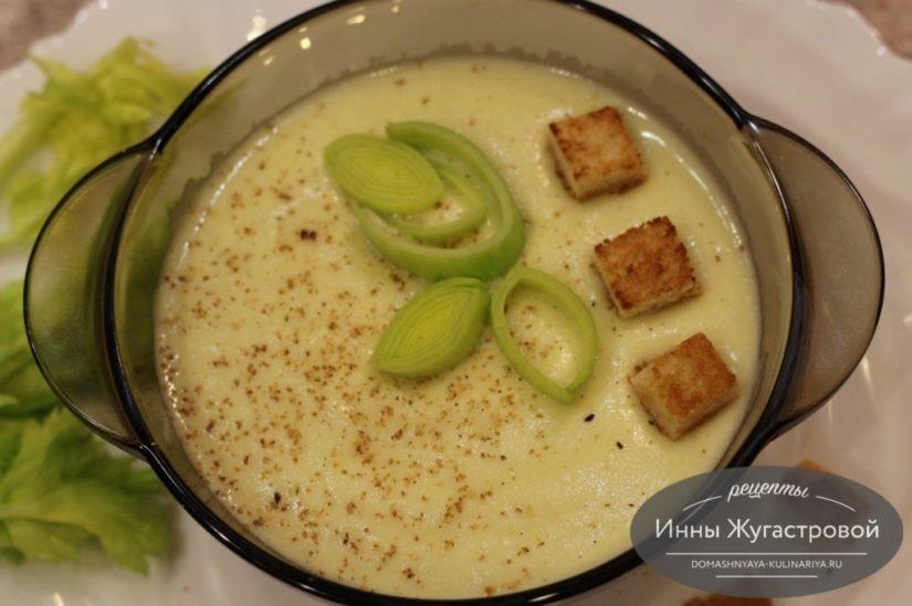 Луковый французский крем-суп из лука-порея с сельдереем, картофелем и сыром