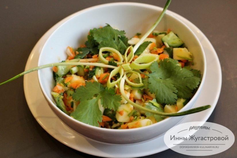 Постный (веганский) салат с черемшой из моркови, огурца и яблока