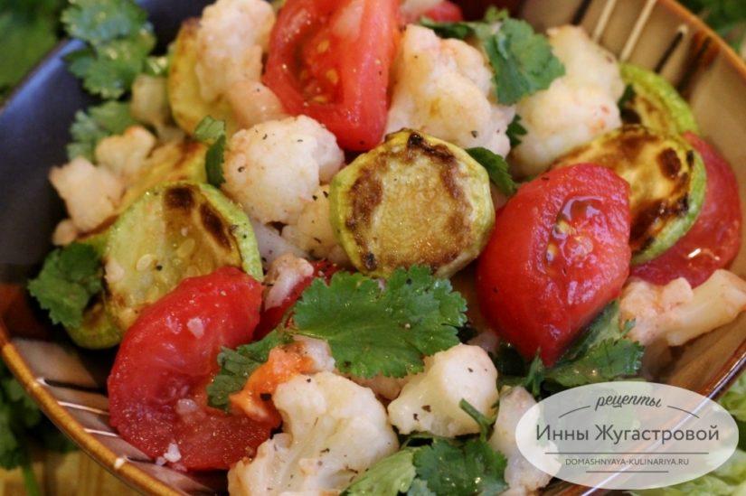 Пряный овощной салат из цветной капусты с кабачками, зеленью и помидорами