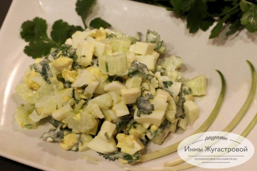 Салат с черемшой из брынзы, сельдерея, свежей зелени и яиц