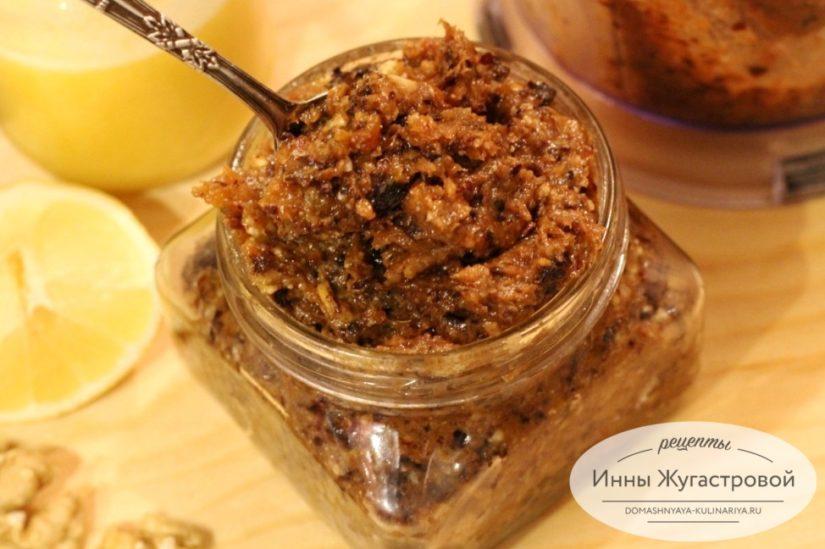 Витаминная смесь из сухофруктов и орехов для укрепления иммунитета и улучшения работы сердца