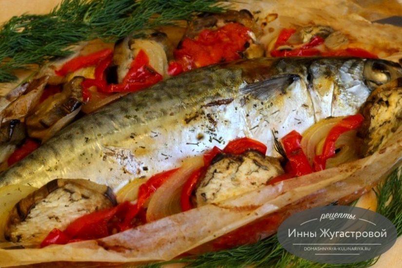 Скумбрия с баклажанами, помидорами, луком и сладким перцем в пергаменте в духовке