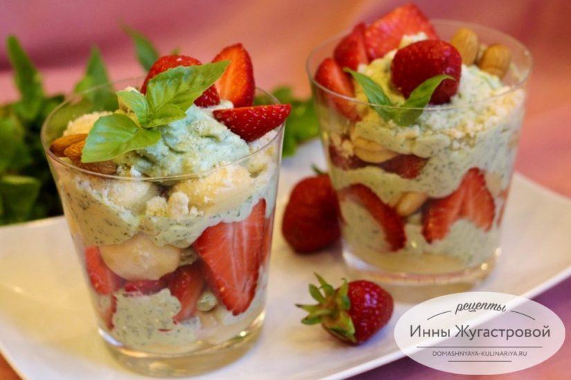 Клубничный десерт без выпечки с базиликовым творожным кремом