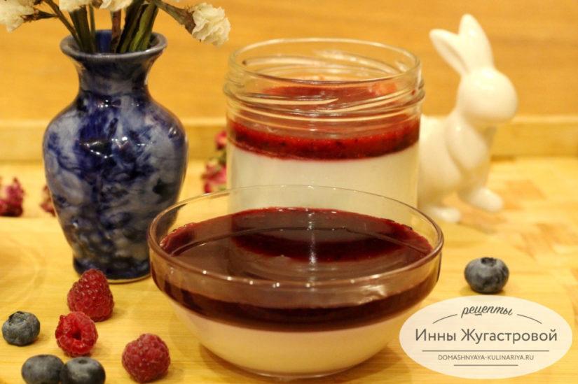 Панакота на кокосовом молоке с ягодным соусом