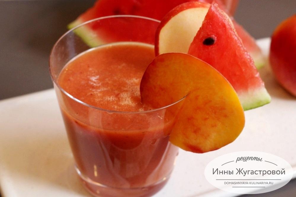 Арбузный смузи с яблоком и персиком