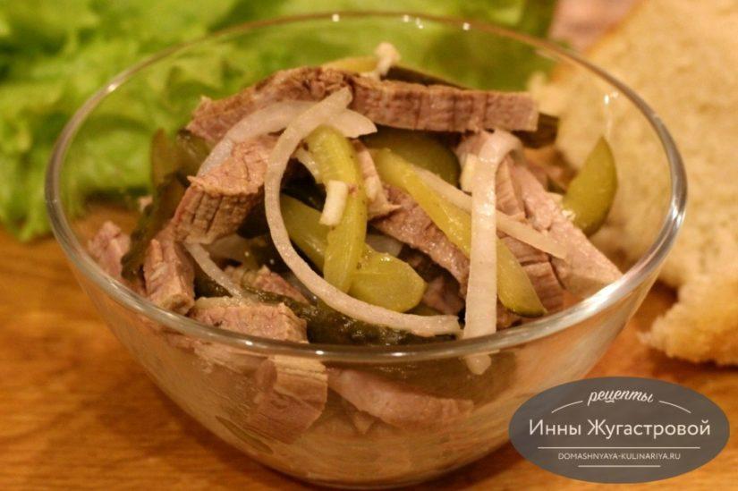 Шахтерский салат из говядины с солеными огурцами и чесночной заправкой