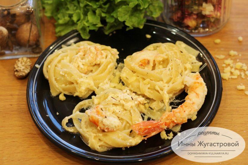 Гнезда с креветками (лангустинами) на сковороде в сливочном соусе
