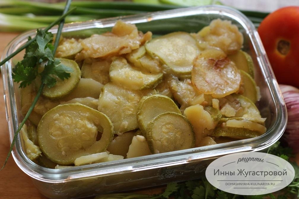 Картошка с кабачками и луком в мультиварке
