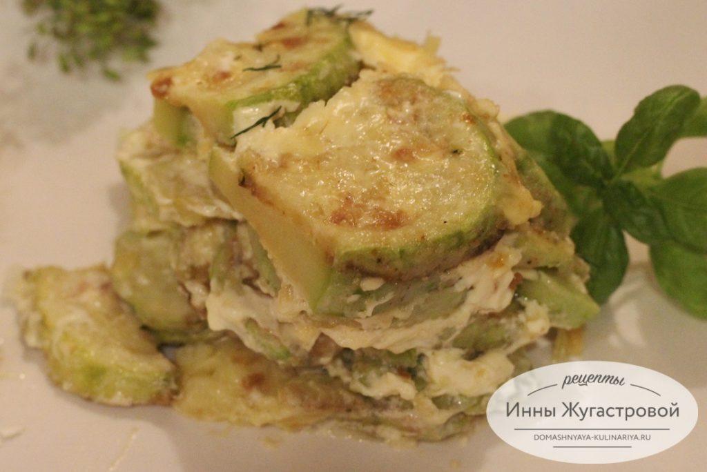 Слоеный салат из жареных кабачков
