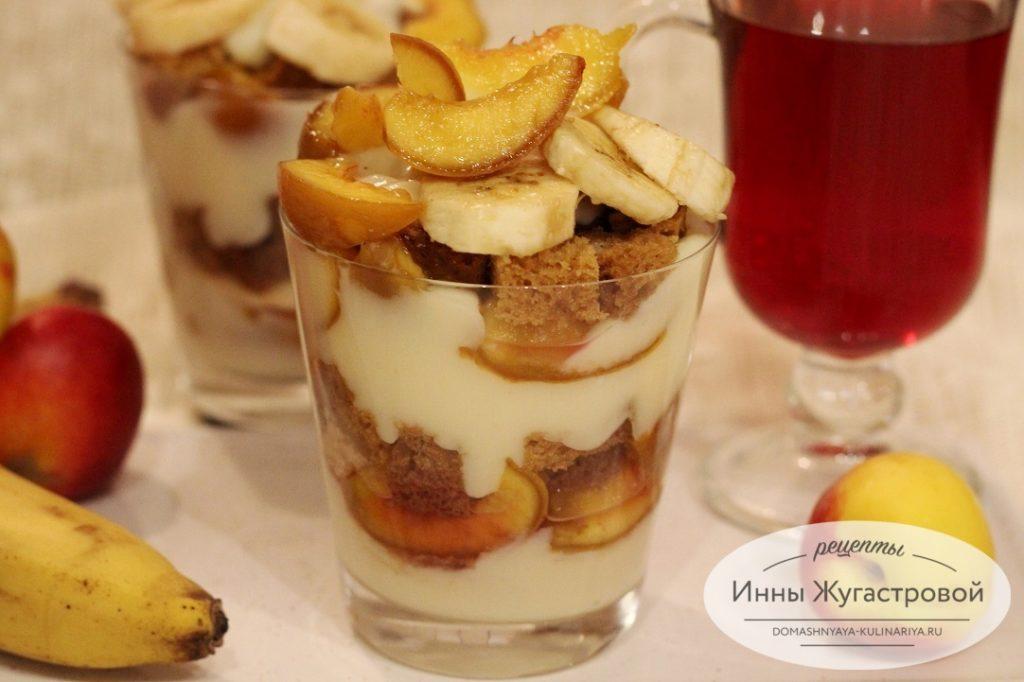 Десерт на медовом корже с кремом и фруктами