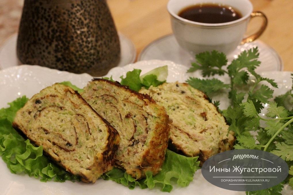 Нежный вкусный кабачковый омлет-рулет с мясом и сыром по простому рецепту