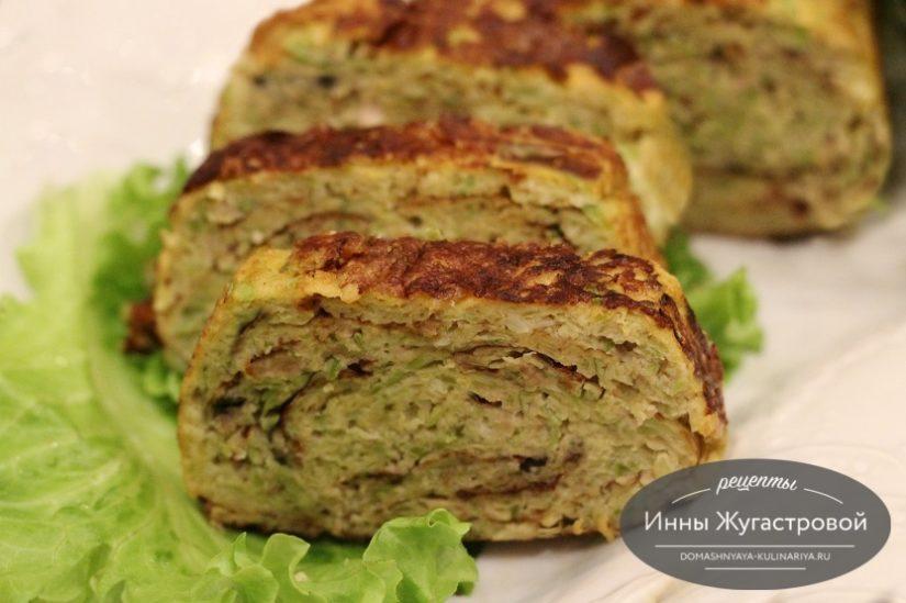 Кабачковый омлет-рулет с мясным фаршем и сыром на сковороде
