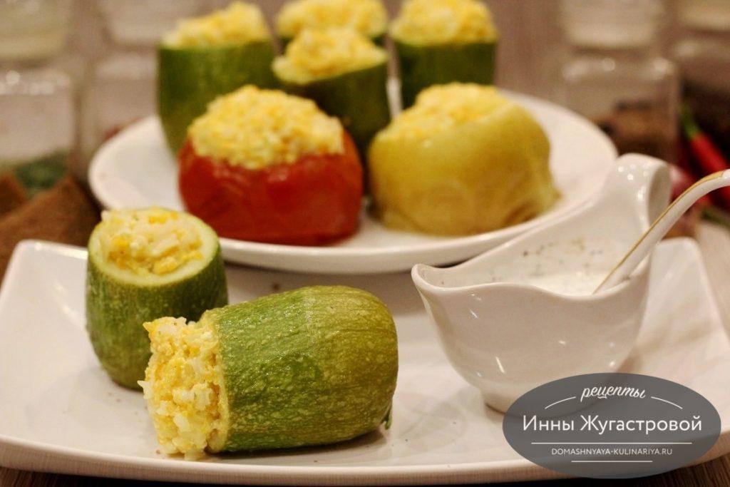 Фаршированныео овощами, рисом и брынзой кабачки в мультиварке