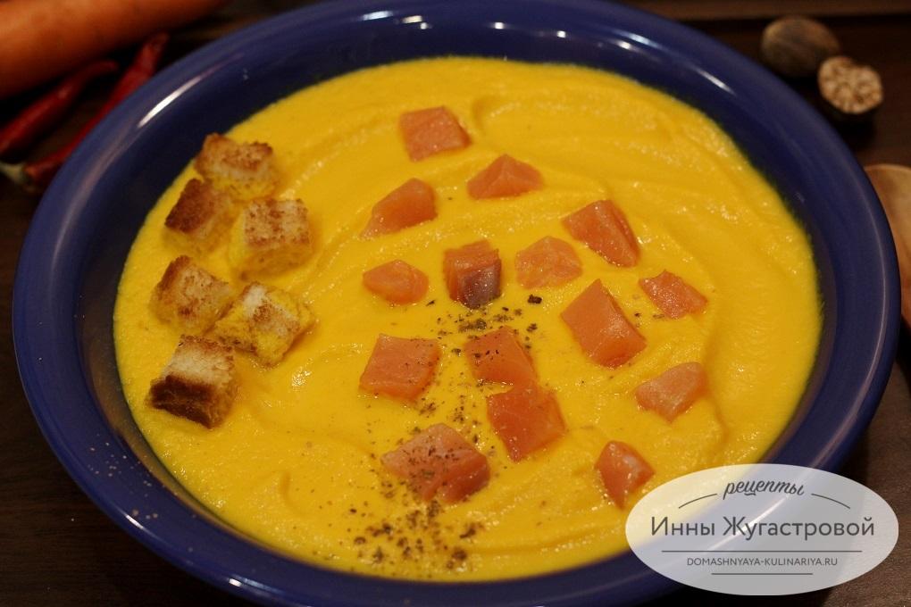 Морковный крем-суп с топингом из семги