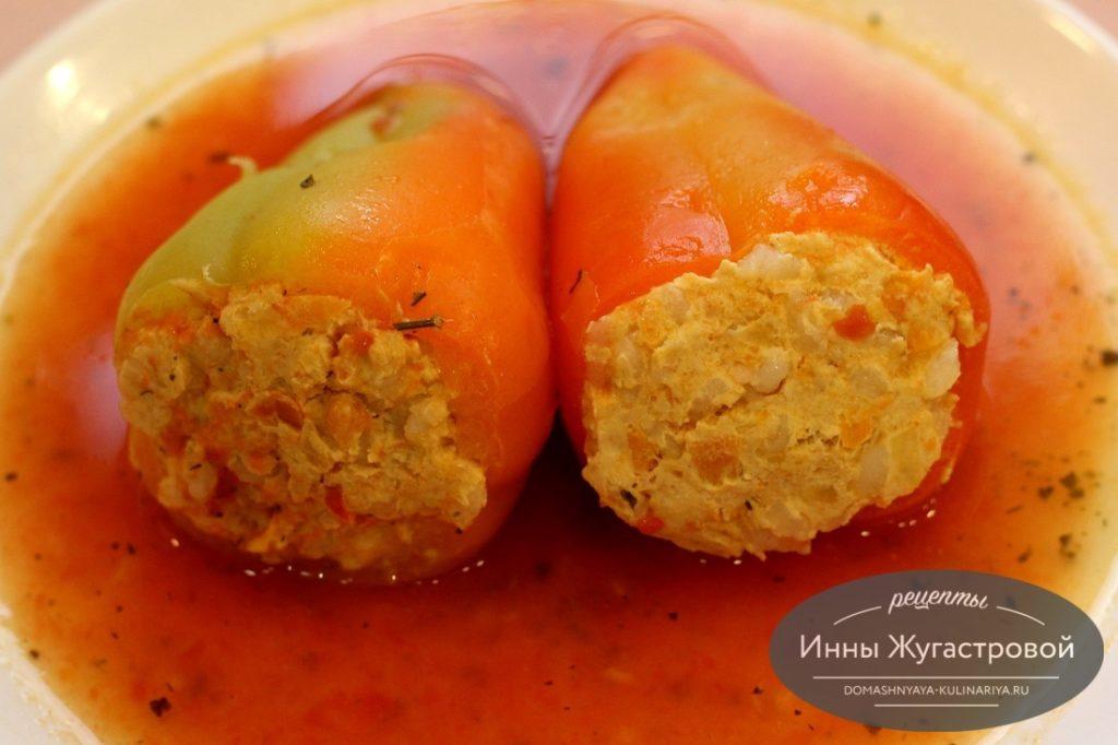 Перец, фаршированный курицей в томатном соусе в мультиварке