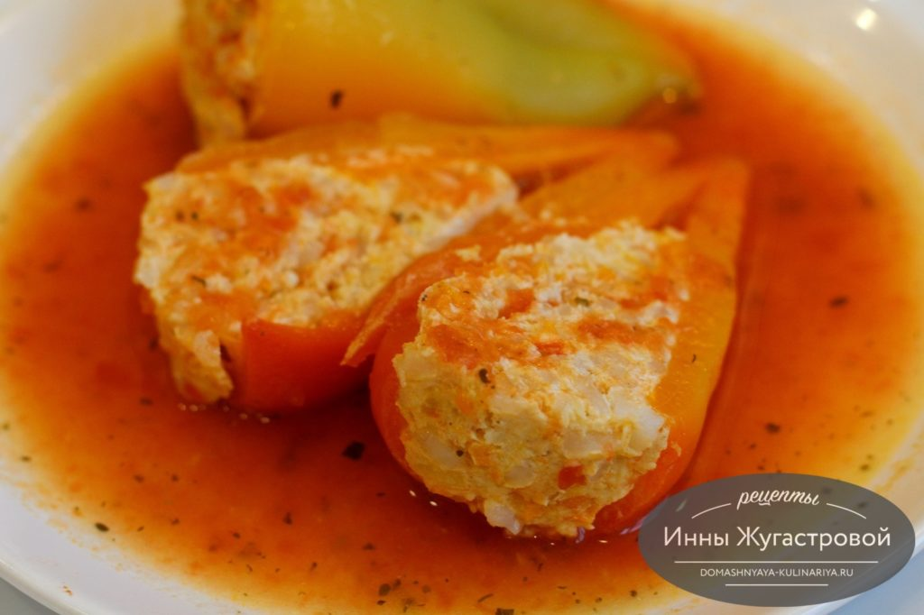 Перец в томатном соусе, фаршированный курицей в мультиварке