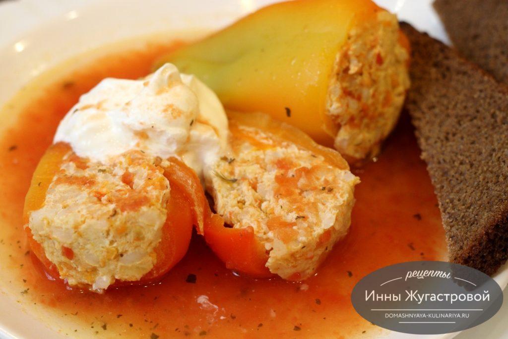 Сладкий перец, фаршированный куриным филе в томатном соусе