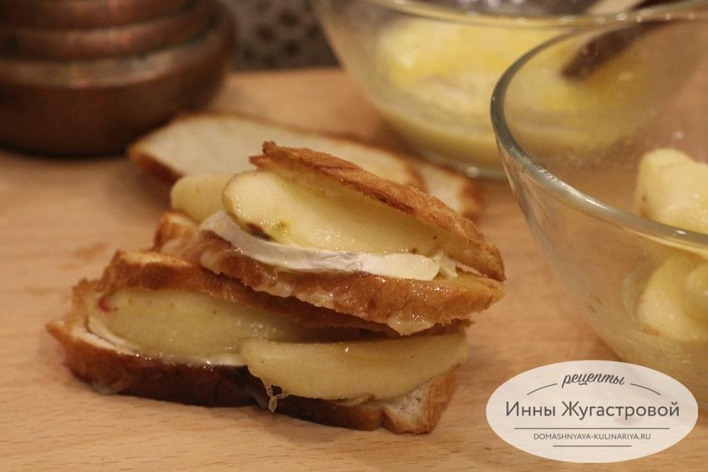Хлебные чипсы, запеченные с карамелизированными яблоками и сыром бри