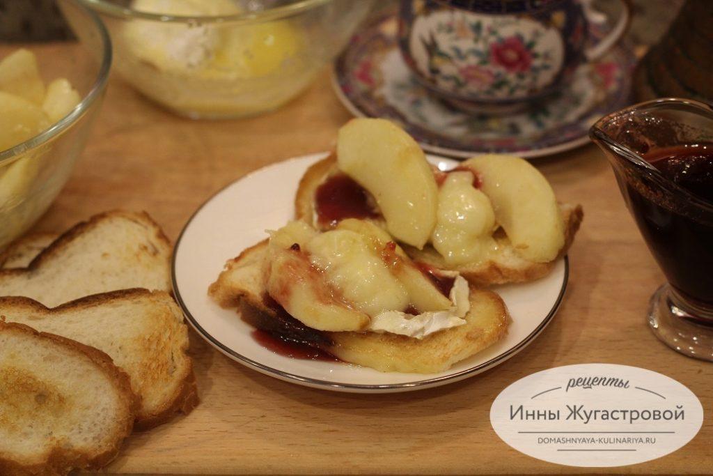 Горячая закуска и десерт из сыра Бри
