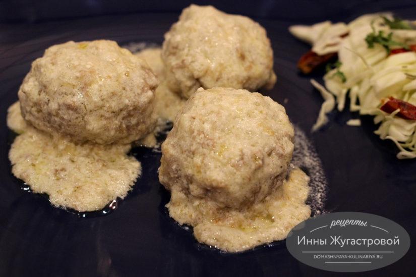 Тефтели из мясного фарша с рисом в сливочно-сметанном соусе на сковороде